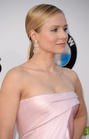 Kristen Bell accessorized with a pair of dangling flower earrings by Piaget for a sweet finish to her look.