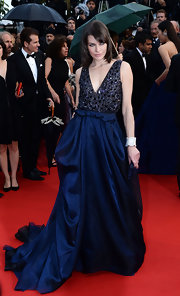Milla stunned in a midnight blue gown that featured a sleeveless crystal encrusted bodice while attending the premiere of 'All Is Lost.'