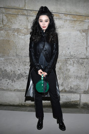For a splash of color to her black look, Fan Bingbing accessorized with a green croc-embossed purse by Louis Vuitton.