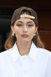 Gigi Hadid added a girly touch with a pair of dangling pearl earrings by Adornmonde.