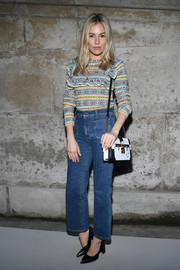 Sienna Miller teamed her top with high-waisted blue jeans.