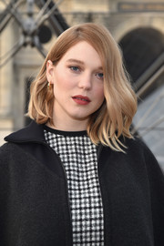 Lea Seydoux styled her hair into a wavy lob for the Louis Vuitton fashion show.