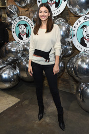 Victoria Justice completed her outfit with black skinny jeans.