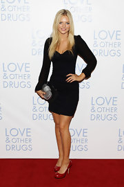 Samara Weaving added a pop of color to her black dress with red patent pumps.