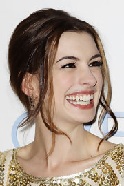 Anne Hathaway was all smiles at the 'Love & Other Drugs' premiere. Long flowing tendrils helped to frame her face.