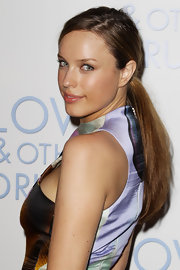 Jessica McNamee showed off a sleek bun while hitting the premiere of 'Love and Other Drugs'.