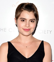 Sami Gayle opted for a natural beauty look with pink lipstick and neutral eyeshadow.