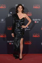 Penelope Cruz looked cosmopolitan in a one-sleeve black tuxedo dress by Balmain 44 François Premier at the Madrid premiere of 'Loving Pablo.'