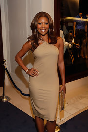 Gabrielle finished off her nude one-shoulder dress with center part medium curls.