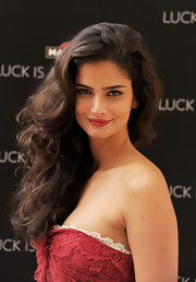 Shermine Shahrivar looked lovely with cascading curls at the Luck is an Attitude launch party. Hot rollers work best for reproducing Shermine's look.