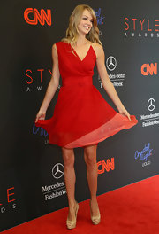 Lindsay Ellingson looked totally charming at the Style Awards in an asymmetrical red cocktail dress.
