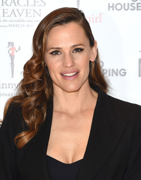 Jennifer Garner showed off perfectly styled vintage-inspired curls at the Mamarazzi screening of 'Miracles from Heaven.'