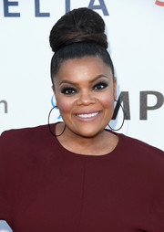 Yvette Nicole Brown wore her hair in a voluminous top bun at the Hollywood's Night Under the Stars event.