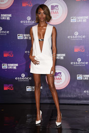 Jourdan Dunn looked daring at the MTV EMAs in a Mugler LWD with a down-to-the-navel plunge.