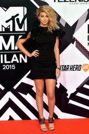 Tori Kelly styled her dress with sexy black gladiator heels.