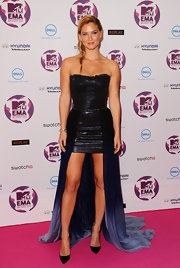 Bar Refaeli showed off her model bod in a figure-flattering dress at the MTV EMA's. She accessorized her look with classic black stilettos.