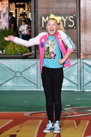JoJo Siwa finished off her look with a pair of metallic-blue sneakers.
