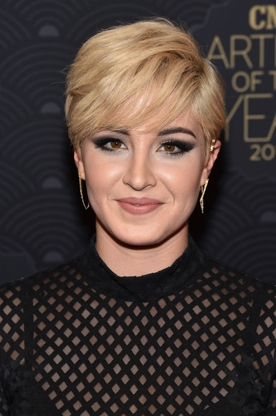 Maggie Rose Emo Bangs [hair,face,hairstyle,blond,eyebrow,chin,head,forehead,bangs,pixie cut,maggie rose,artist,red carpet,nashville,tennessee,cmt,red carpet,cmt artists of the year]