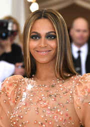 For her beauty look, Beyonce Knowles got a little bolder with a super-smoky eye.