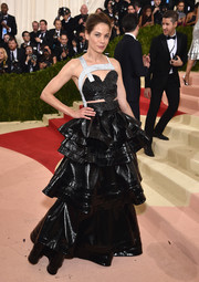Michelle Monaghan attended the Met Gala wearing an ultra-modern black and silver crop-top by Rosie Assoulin that was made from recycled aluminum cans.