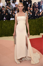 Uma Thurman stuck to classic elegance with this Old Hollywood-esque Tommy Hilfiger gown for her Met Gala look.
