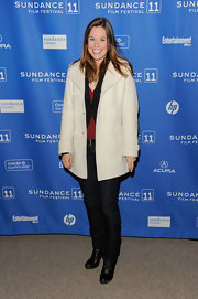 Ashley Williams was spotted at the premiere of 'Margin Call' wearing a simple tee, jeans, and a comfy trench ensemble.