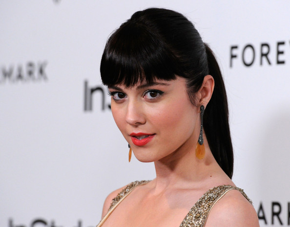Mary Elizabeth Winstead Dangling Diamond Earrings