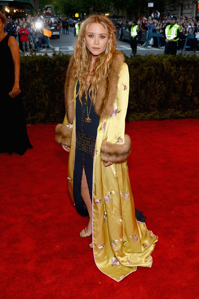 Mary-Kate Olsen Robe [punk: chaos to couture,red carpet,carpet,clothing,flooring,long hair,premiere,dress,event,costume,fawn,mary-kate olsen,new york city,metropolitan museum of art,punk: chaos to couture costume institute gala,exhibition]