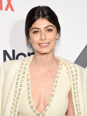 Alessandra Mastronardi opted for a simple loose ponytail when she attended the premiere of 'Master of None' season 2.