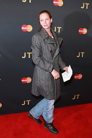 Uma Thurman's gray herringbone coat was a classy finish to her rugged attire during Justin Timberlake's concert.