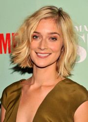 Caitlin Fitzgerald wore her hair in a teased wavy bob at the premiere of 'Masters of Sex.'