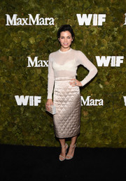 For her bag, Jenna Dewan-Tatum chose a pearlized, striped box clutch by Edie Parker.