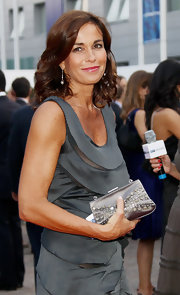 Cristina Parodi chose a heavily embellished satin clutch as a statement piece for her outfit at the Mediaset Night.
