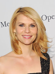 Claire Danes paired her one-shoulder frock with a layered cut. The actress swept her locks to one side to finish off her look.
