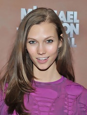 Karlie Kloss wore her hair down with a side part when she watched 'The Immortal World Tour.'