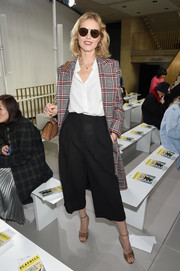 For her shoes, Eva Herzigova chose a pair of tan ankle-strap peep-toes.