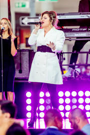 Kelly Clarkson performed at the International Day of the Girl wearing a double-breasted white blazer dress.