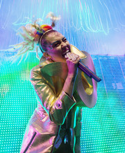 Miley Cyrus performed in Chicago wearing a quirky tinsel headband.