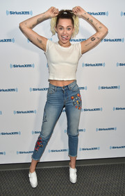 Miley Cyrus pulled her look together with a pair of white clogs.