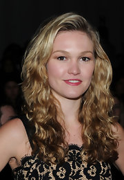 Actress Julia Stiles showed off her curly locks in the front row of the Milly Fall 2010 Fashion Show. Her natural curls are nicely tamed and different from most straight hair-do's we see on most celebs.