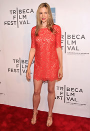 Mira Sorvino chose an elegant lace dress for her chic look on the red carpet.