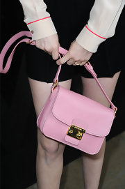 January Jones chose a bubblegum pink shoulder bag for her super feminine, '60s-inspired look.