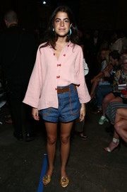 Leandra Medine completed her casual outfit with a pair of denim shorts.