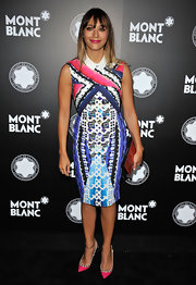 Rashida Jones completed her bright printed look with a geometric hard case clutch.