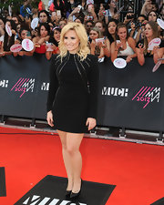 Demi rocked a totally modern version of the LBD with this long-sleeve frock with long lines of silver chains.