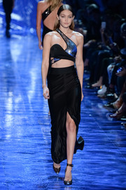 A long black skirt with a high front slit finished off the look in elegant style.