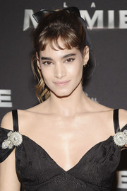 Sofia Boutella looked youthful wearing this wavy ponytail, complete with a satin bow, at the Paris premiere of 'The Mummy.'