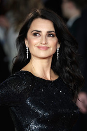 Penelope Cruz wore her hair down in a gorgeous curly style at the world premiere of 'Murder on the Orient Express.'