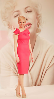 Michelle Williams wore this pink bowed sheath dress to the Tokyo premiere of 'My Week with Marilyn.'