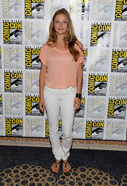 Tracy's white skinny jeans were hot-weather chic!